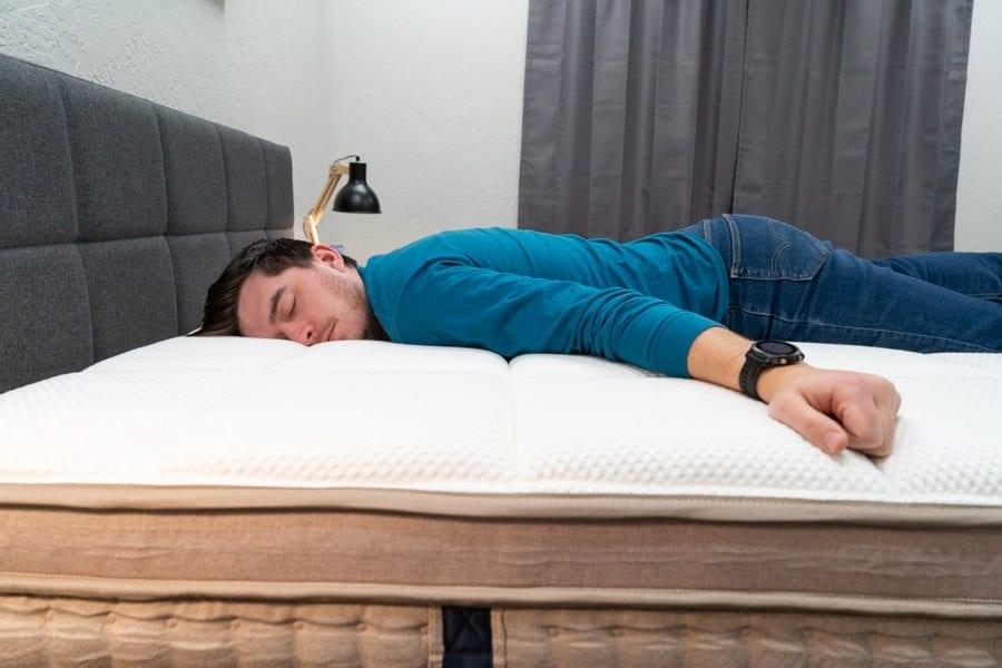 reseña del colchón DreamCloud para personas que duermen boca abajo